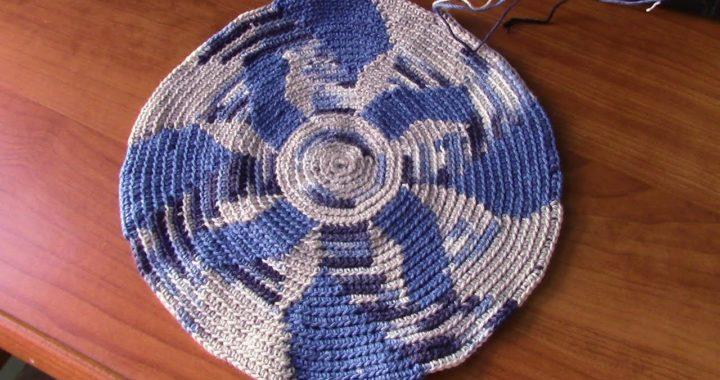 Fondo de mochila  a crochet con tres colores, imitando el remolino del agua