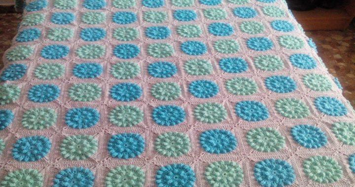 Crochet colcha de granny squares en tonos azules