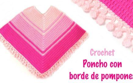 Poncho a crochet con borde de pompones
